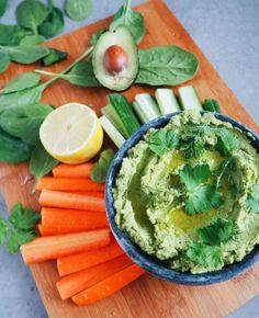 Vihreä hapankaalihummus - Vihreä hapankaalihummus on kermainen, maukas ja täynnä tuoreita yrttejä sekä kasviksia. Tämä vihreä hummus-resepti sopii esimerkiksi dipattavaksi kasvisten ja vihannesten kanssa tai herkullisen mezen lisukkeeksi. Resepti sisältää muun muassa babypinaattia, avokadoa, hapankaalta ja persiljaa. (Yhteistyö: Food by Twins) Avocado Toast, Hummus, Breakfast, Food, Morning Coffee, Essen, Meals, Yemek, Eten