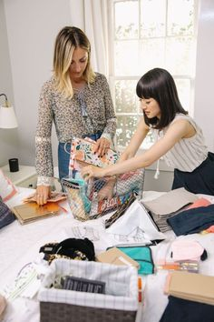 Netflix wants to help you start your 2019 organized with Tidying Up With Marie Kondo. In the eight-part home makeover series, Kondo's KonMari Method will have you feeling inspired to tidy your own home. So Bustle spoke to the owner of Joyful Tidying… Kitchen Drawer Organization, Closet Organization, Organization Ideas, Storage Ideas, Declutter Your Home, Organizing Your Home, Organising, Konmari Methode, Plastic Storage Drawers