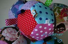 Det er sjovt med lidt hjemmelavet legetøj, som ikke er lavet af plastic, som meget babylegetøj er. Her er en DIY på, hvor du laver en fin patchworkbold med masser af stimulering for din baby. So Creative, Doll Crafts, Sewing For Kids, Diy Baby, Sewing Hacks, New Moms, Diy And Crafts, Sewing Patterns, Quilts