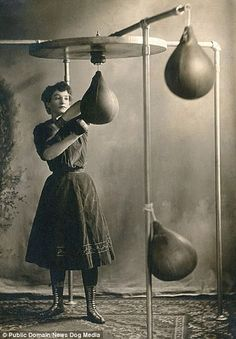 boxing workout routine young woman working out with boxing gloves and a punching bag, Fit Boxe, Old Photos, Vintage Photos, Boxe Fitness, Boxe Fight, Sport Studio, Female Boxers, Women Boxing, Female Fighter