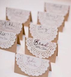 200 Personalized Place Name Place Cards Brown Paper Card .- 200 personalisierte Ortsname Tischkarten Braun Papier Karte Hochzeit Dekoration … 200 Personalized Place Name Place Cards Brown Paper Card Wedding Decoration Favors - Doily Wedding, Wedding Table, Wedding Flowers, Paper Doilies Wedding, Wedding Seating, Wedding Vintage, Wedding Rustic, Vintage Tea, Vintage Lace