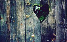 Uitgesneden liefdes hartje uit hout | Achtergrond Wallpapers