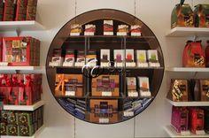 Tableteiro em Acrílico, com prateleira e faixa de LED para cliente Chocolates Brasil Cacau