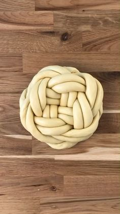Hefezopf: Der doppelte Knoten The yeast braid is a real classic that should not be missing at Easter Baking Tips, Baking Recipes, Dessert Recipes, Bread Shaping, Bread Art, Food Garnishes, Bread And Pastries, Food Crafts, Artisan Bread
