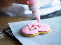 If you need to brush up on your biscuit icing techniques here's how to create line and flood icing. Frosting Techniques, Frosting Tips, Cookie Icing, Royal Icing Cookies, Iced Cookies, Cake Cookies, Cake Decorating Tips, Cookie Decorating, Flooding Icing Recipe