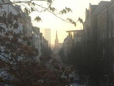 Guten Morgen Berlin du kannst so häßlich sein so dreckig und grau Du kannst so schön schrecklich sein deine Nächte fressen mich auf es wird für mich wohl das Beste sein ich geh nach Hause und schlaf mich aus Und während ich durch die Straßen laufe wird langsam schwarz zu blau