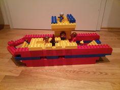 Hier siehst du eine Autofähre (Fähre) aus LEGO® Duplo. Diese und weitere Bauideen bzw. Fahrzeuge gibt es auf BRICKaddict.de - einem Blog für LEGO® Duplo Inspirationen und Bauvorlagen.