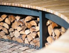 Rund bålplads til haven lavet af firkantede træstykker Wood Storage, Firewood, Shelter, Texture, Garden, Crafts, Fire Pits, Home Decor, Terrazzo