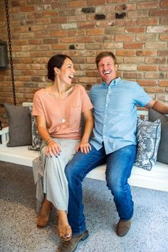 Joanna Gaines hosts HGTV's Fixer Upper with her husband, Chip. Joanna has created unique designs as she and Chip remodeled and fixed up more than 100 homes. Fixer Upper Joanna, Magnolia Fixer Upper, Joanna Gaines Style, Chip And Joanna Gaines, Chip Gaines, Magnolia Market, Magnolia Farms, Magnolia Homes, Rihanna