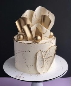 Creative wedding cake inspiration for Brides Boutique Buckingham. Elegant Birthday Cakes, Cute Birthday Cakes, Beautiful Birthday Cakes, Cake Decorating Videos, Birthday Cake Decorating, Cake Decorating Techniques, Beautiful Cake Designs, Beautiful Cakes, Amazing Cakes