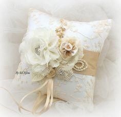 Hecho sobre pedido - este cojín al portador puede hacerse en cualquier combinación de color Esta almohada de la glamorosa boda de inspiración vintage ha sido elaborada con un tejido delicado encaje rebrodé en color marfil en satén blanco, esta creación de un único cuenta con exquisitas