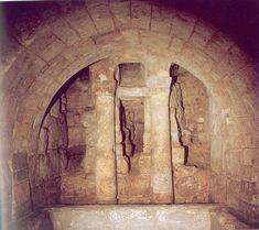Cripta de San Antolín. Vista general del conjunto de tres arcos de separación con la cabecera.