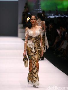 Foto: Koleksi Anne Avantie di Jakarta Fashion Week 2017 Kebaya Brokat, Kebaya Dress, Jakarta Fashion Week, Fashion Week 2016, Model Kebaya Modern, Indonesian Kebaya, Kebaya Wedding, Javanese Wedding, Batik Kebaya