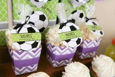 Dica para as mamães: festa infantil para meninas no tema futebol Ideal para época de Copa do Mundo. Mais fotos em: http://mamaepratica.com.br/2014/06/06/mamae-em-festa-copa-do-mundo/