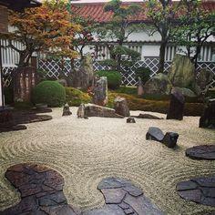 Beautiful rainy morning at Amazing designed by Mirei Shigem Japanese Garden Style, Japanese Garden Landscape, Chinese Garden, Japanese Gardens, Zen Garden Design, Landscape Design, Japan Garden, Meditation Garden, Art Japonais
