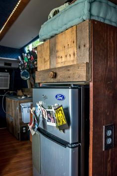 DIY pallet wood pantry and DIY counter with wall outlets Cargo Van Conversion, Minivan Camper Conversion, Slide In Truck Campers, Truck Camping, Van Camping, Camping Gear, Camping Hacks, Cheap Campers, Small Campers