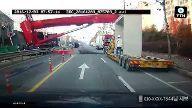 Tonnenschweres Gerät kracht auf die Fahrbahn. (Screenshot: Bit Projects)