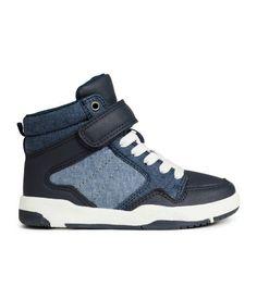 Zapatillas deportivas altas con cordones elásticos, trabilla de velcro en la parte superior y suelas de goma.