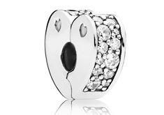 Pandora Clip-Stopper Bedel zilver Sparkling Arcs of Love 797020CZ. Deze hartvormige, zilveren clip is een subtiele herinnering aan de liefde. De clip-stopper is van zilver en met de hand afgewerkt met glinsterende transparante zirconiastenen. De clip heeft een siliconen grip, zodat deze perfect op zijn plaats blijft zitten.