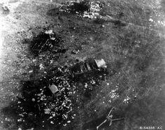 Vue aérienne de matériel allemand détruit pendant la bataille de la poche de Chambois: au centre un tracteur semi-chenillé Fahrzeug und Motorenbau (Famo) SdKfz 9 en bas à droite un canon Pak 40 de 75mm Cette photo fait partie d'un reportage de 18 clichés (p011194 à p011211), de qualité médiocre, photos aériennes prises, à basse altitude, le 22 août 1944 au-dessus de la région de Chambois.