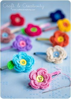 Flower hair pins by Craft and Creativitity. Link to Swedish pattern and link to video tutorial in English.