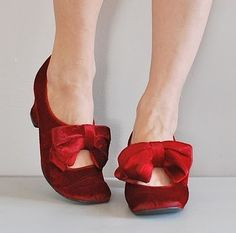vintage red velvet shoes just a phase via Paris Hotel Boutique onto Dresses Tulle Chiffon Organza Silk Muslin Sequins Velvet Soft cotton Some lace and a little bit of bling Red Shoes, Me Too Shoes, Velvet Shoes, Red Velvet, Vintage Shoes, Vintage Outfits, Christmas Shoes, Holiday Shoes, Pin Up