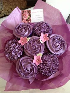 Cupcake bouquet ; si un jour vous désirez m'offrir un cadeau, ne m'offrez pas un bouquet de fleur, mais de cupcakes (: