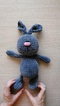 Kostenlose Video-Werkst -Klasse Plüsch-Häschen gestrickt an Ючком. Amigurumi Doll Pattern, Crochet Bunny Pattern, Crochet Toys Patterns, Stuffed Toys Patterns, Knitting Projects, Crochet Projects, Knit Baby Booties, Bunny Plush, Crochet Animals