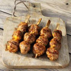 Op zoek naar een nieuw, maar vooral lekker recept voor spiesjes van de BBQ? Ga dan voor deze spiesjes met jalapeño cheddar kipgehaktballetjes.