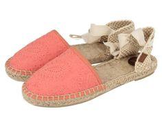 Tropez / Alpargatas de niñas en color coral con lazada de estilo bailarina al tobillo. Suela de yute y corte y forro en textil. Las alpargatas más tradicionales vuelven a estar de moda este verano 2016.