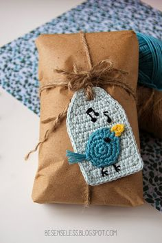 Schema gratuito per un usignolo ad uncinetto da cucire su una tag - Free crochet pattern for a tag with a nightingale. ❉CQ #crochet #applique