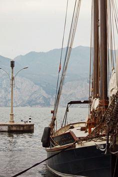 The sea. Come sail away. Old Sailing Ships, Sail Away, Set Sail, Wooden Boats, Tall Ships, Salt And Water, Catamaran, Belle Photo, Strand