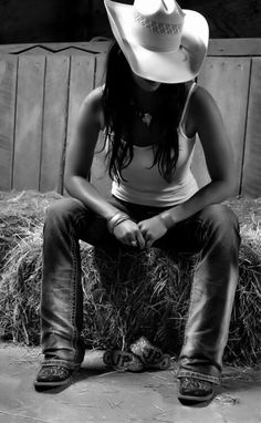 Cowgirl - Black and White - Hat - Cowboy Hat - Photography - Pose Idea - Posing Cowgirl Chic, Moda Cowgirl, Cowgirl Mode, Estilo Cowgirl, Cowgirl And Horse, Estilo Hippie, Cowboy And Cowgirl, Cowgirl Style, Cowboy Boots