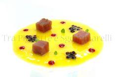 Tonno marinato con sale e zucchero, con mango acidulato, mousse di melagrana e caviale di balsamico