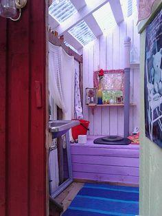 Valokate…huikee idea :D Huussi, ulko wc, biokäymälä  Lähde: Anne Rintamäki, Sisustushullut Cottage Living, Tiny Living, Simple Living, House With Land, Shed Floor Plans, Outdoor Toilet, Guest Cabin, Outdoor Bathrooms, Composting Toilet