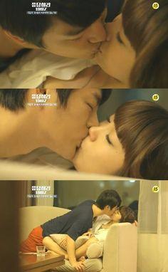 """Reply 1997 là bộ phim về đề tài thần tượng và học đường gây sốt trong năm qua của màn ảnh xứ Hàn. Những cảnh """"khóa môi"""" được thể hiện rất nồng cháy, trong đó có nhiều cảnh ấn tượng như nụ hôn trong nhà của Eun Ji hay nụ hôn trên bậc cầu thang."""