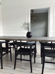Learn how to easily create the perfect dining room with these key design principles and ideas from an interior designer. Room Interior, Interior And Exterior, Dining Chairs, Dining Table, Green Table, Minimal Home, Home Office Chairs, Interior Decorating, Interior Design