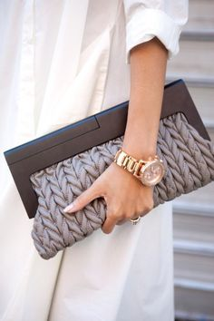 Love the texturing of the leather clutch purse. New York Fashion Week Street Style, Fashion Week 2015, Street Fashion, Tokyo Fashion, India Fashion, My Bags, Purses And Bags, Ethno Style, Best Bags