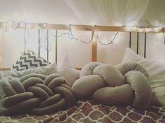 Hello Wednesday  ☕ aż się nie chce wychodzić z łóżka. #podusie #chillouttime #pillows #knotpillows #poduszeczki #poduszkasupel #design #homesweethome #homedesign #instaphoto #goodvibes #sogood #beautiful #style #knotpillow #homedecor #dekoracjedomu #poduszkidekoracyjne