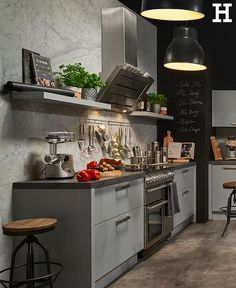 Graue Küchenfronten Kombiniert Mit Lampen Im Industrial Stiel Wirken Cool  Und Modern.#küche