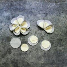 Felt Medallion Window Garland - Flores de papel y tela - Flower Garland Handmade Flowers, Diy Flowers, Fabric Flowers, Paper Flowers, Flower Ideas, Pretty Flowers, Felt Diy, Felt Crafts, Fabric Crafts