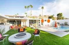 How to Get the Midcentury Moroccan Look Design Trend-Setters are Coveting It's Modernism Week in Palm Springs, a time capsule of California-past. Modernism Week is a time for celebrating the archit… Palm Springs Häuser, Palm Springs Style, Spring Architecture, Dunn Edwards Paint, Modernism Week, Indoor Outdoor Living, Outdoor Spaces, Outdoor Seating, Mid Century House