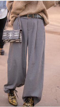 Wide relaxed trouser with belt tucked into boots Stage Outfit, Looks Style, My Style, Look Formal, Fashion Outfits, Womens Fashion, Fashion Trends, Look At You, Mode Inspiration