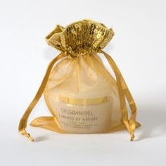 Bling, bling, gouden organza zakjes met een pailletten rand! Leverbaar in 2 maten en diverse kleuren.  http://www.organzastore.nl/organza-zakjes-specials/organzazakjes-pailletjes.html