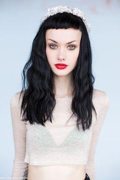 alice kelson - love the headband Short Bangs, Short Fringe, Grunge Hair, 90s Grunge, Model Face, Fringe Hairstyles, Dream Hair, Belle Photo, Dark Hair