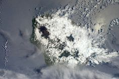 Another view of La Réunion, the volcano is visible between the clouds!  #FridayIsland