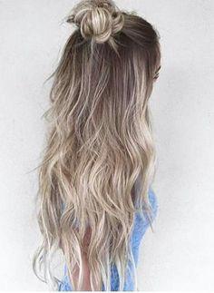 Det är mycket varma toner på blonda hår nu i vår men visst hänger det kalla askblonda håret kvar också! Jag har fått lite frågor om jag kan hitta lite inspiration på kalla blonda färger och här ovan har jag samlat några, mer inspiration hittar ni på Pinterest