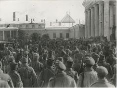 Soldados en el Palacio de Tauride, febrero de 1917, Petrogrado.  Con el estallido de la Revolución de Febrero, el Comité Provisional de la Duma Estatal se colocó en el Palacio Tauride, y más tarde en el Gobierno Provisional (hasta julio de 1917), surgió aquí el Soviet de Diputados Obreros de Petrogrado.  Antes de mudarse a Smolny en agosto de 1917, el Comité Ejecutivo Central de toda Rusia se reunió en el Palacio Tavrichesky.  Ahora San Petersburgo.