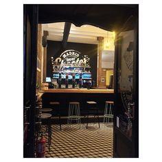 Ya se acaba el domingo de San Isidro! Pero aun nos queda un rato mas. Por cierto... Que guapo esta este bar! (Y estamos escuchando Fito Paez)  #dondeirenmadrid #beershooter #malasaña  #malasañamola  #condeduque  #condeduquegente  #madrid #madridmola #madridmemola #cervezaArtesana #craftbeermadrid #cervezaartesanamadrid #rinconesdemalasaña #ganasdemalasaña #madridtime  #callelapalma #beermadrid  #cervezamadrid #tapas #tapeo #tequeños #martes #lluvia #madridfoodtour #madridfood…