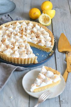 Delicious and famous French classic: Tarte au Citron Meringuée. A lemon tart with a silky sweet meringue topping. Lemon Meringue Cupcakes Recipe, Best Lemon Cake Recipe, Mini Lemon Meringue Pies, Lemon Meringue Cheesecake, Homemade Cheesecake, Homemade Pie, Banana Cupcakes, Lemon Cupcakes, Easter Cupcakes
